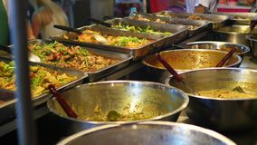 Ulica handel Tradycyjny Azjatycki mięsny satay uliczny karmowy kulinarny plenerowy przy nocą Południowo-wschodni Asia zbiory wideo