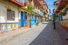 Ulica historyczny centrum Guatape na słonecznym dniu zdjęcia royalty free