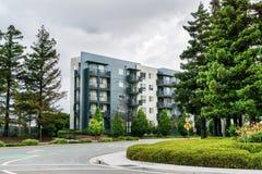 Ulica i budynek mieszkaniowy otaczający redwood drzewami; chmurzący dzień; San Jose, San Francisco zatoki teren, Kalifornia obrazy royalty free