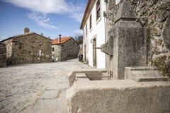 Ulica i wodna fontanna w Linhares da Beira Dziejowej wiosce Zdjęcie Stock