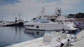 Ulica jachty w pogodnym Monaco mieście Monte, Carlo Monte, Carlo - grodzka - zdjęcie wideo