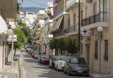 Ulica kąpać się w wzdłuż Kotova świetle słonecznym, samochodach, jest domami, drzewa, Obrazy Stock
