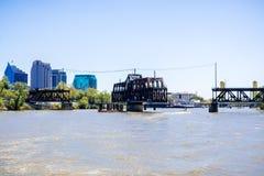 Ulica most jestem historycznego metalu kratownicowym huśtawkowym mostem lokalizować dalej w Sacramento Ja ulica; miasta w centrum zdjęcia stock