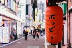 Ulica neonowi światła w Tokio ` s czerwonego światła okręgu pełno dzwonił Kabukicho zdjęcie stock