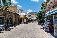 Ulica Paleochora miasteczko z tradycyjnymi prezentów sklepami, tawernami i Zdjęcia Royalty Free