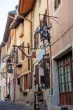 Ulica przechuje z metalu sklepu znakiem na ścianach w Conflans zdjęcia stock