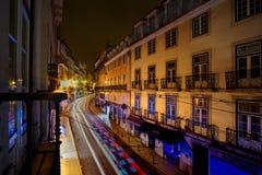 Ulica przy nocą w Lisbon Portugalia z ruch plamą obraz stock