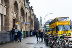 Ulica przy plecy St Pauli Landungsbrucken mola obraz stock