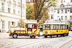 Ulica stary miasteczko z prążkowaną kamienną drogą i lato kawiarnią z tarasem obraz royalty free