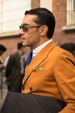 Ulica styl: Ludzie czeka uczęszczać Fendi pokazu mody w Mediolan, Czerwiec 23rd 2014 Zdjęcie Stock