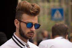 Ulica styl: Ludzie czeka uczęszczać Gucci pokazu mody w Mediolan, Czerwiec 23rd 2014 Zdjęcie Royalty Free