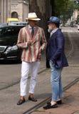 Ulica styl: Ludzie czeka uczęszczać Gucci pokazu mody w Mediolan, Czerwiec 23rd 2014 Obrazy Royalty Free
