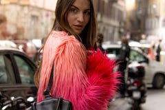 Ulica styl: Mediolańska moda tygodnia jesień, zima 2015-16/ obrazy royalty free