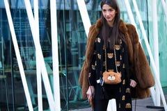 Ulica styl: Mediolańska moda tygodnia jesień, zima 2015-16/ Fotografia Stock