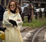 Ulica styl podczas Mediolańskiego moda tygodnia dla spadku, zimy/2015-16 Obrazy Stock