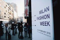 Ulica styl podczas Milan mody tygodnia fotografia stock