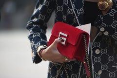 Ulica stylowi stroje przy Mediolańskim moda tygodniem obrazy stock