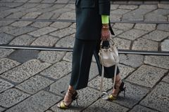 Ulica stylowi stroje przy Mediolańskim moda tygodniem zdjęcia stock