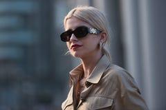Ulica stylowi stroje przy Mediolańskim moda tygodniem Zdjęcia Royalty Free