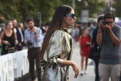 Ulica stylowi stroje przy Mediolańskim moda tygodniem Obrazy Royalty Free
