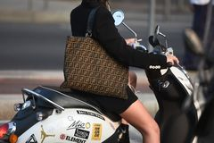 Ulica stylowi stroje przy Mediolańskim moda tygodniem Obraz Stock