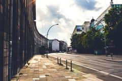 Ulica w Berlin z budynek ścianą w zmierzchu Obrazy Royalty Free