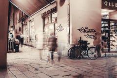 Ulica w Bologna przy nocą Fotografia Stock
