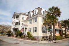 Ulica w dziejowym Charleston, Południowa Karolina zdjęcie stock
