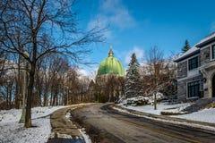 Ulica w Montreal z widokiem świętego Josephs krasomówstwa kopuły - Montreal, Quebec, Kanada zdjęcia stock