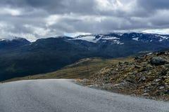 Ulica w Norwegia z górami i chmurami Obrazy Royalty Free