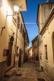 Ulica w starym miasteczku w Włochy przy nocą zdjęcie royalty free