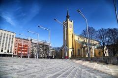 Ulica w Tallin domach na nim i mieście Fotografia Royalty Free