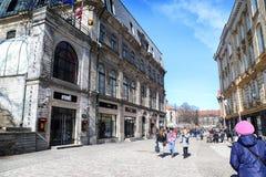Ulica w Tallin domach na nim i mieście Zdjęcia Royalty Free