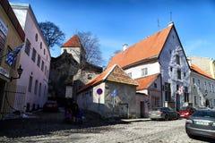 Ulica w Tallin domach na nim i mieście Obrazy Stock