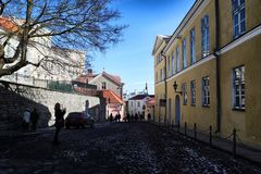 Ulica w Tallin domach na nim i mieście Zdjęcie Stock
