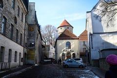 Ulica w Tallin domach na nim i mieście Zdjęcia Stock