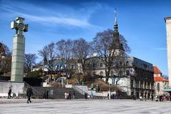 Ulica w Tallin domach na nim i mieście Zdjęcie Royalty Free