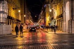 Ulica w wieczór Rua Augusta sklepach, turystach, kawiarniach i restauracjach, outdoors Zdjęcie Stock