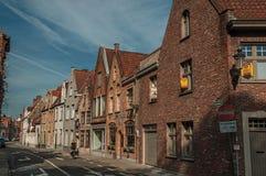 Ulica z cegła domami przy wczesnym porankiem w Bruges Obraz Stock