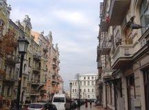 Ulica z dziejowymi budynkami w Kyiv, Ukraina obrazy royalty free