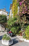 Ulica z kwiatami w starej wiosce, Francja Obrazy Stock