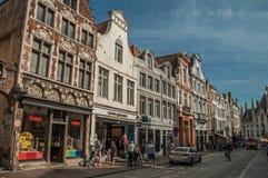 Ulica z ludźmi, cegła domami i sklepami przy Bruges, Zdjęcia Royalty Free