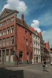 Ulica z ludźmi, cegła domami i sklepami przy Bruges, Obrazy Stock