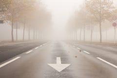 Ulica z obniżoną widocznością należną mgła Zdjęcia Royalty Free