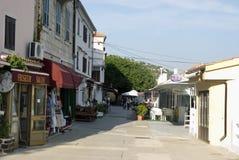 Ulica z pamiątkarskimi sklepami i restauracjami w Bask na Krk wyspie w Chorwacja Obrazy Stock