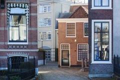 Ulica z różnymi domami w Gorinchem obrazy royalty free