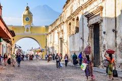 Ulica z Santa Catalina łukiem, ruinami & wulkanem, Antigua, Guate Zdjęcie Royalty Free