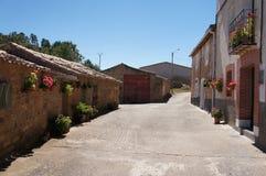 Ulica z Starymi domami w Hiszpańskiej wiosce obraz stock
