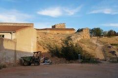 Ulica z Starymi domami w Hiszpańskiej wiosce obraz royalty free