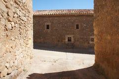 Ulica z Starymi domami w Hiszpańskiej wiosce zdjęcie stock